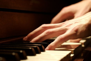 Hands-playing-piano
